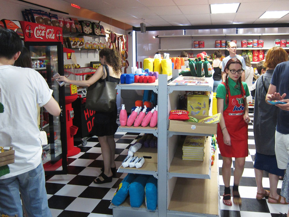 Crea.Tips - Sanat - El Sanatları - Enstelasyon - Lucy Sparrow - Kumaş - Eight Till Late - Keçe - Replika - Market